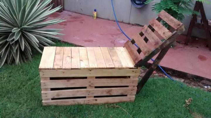 recycled pallet outdoor lounger