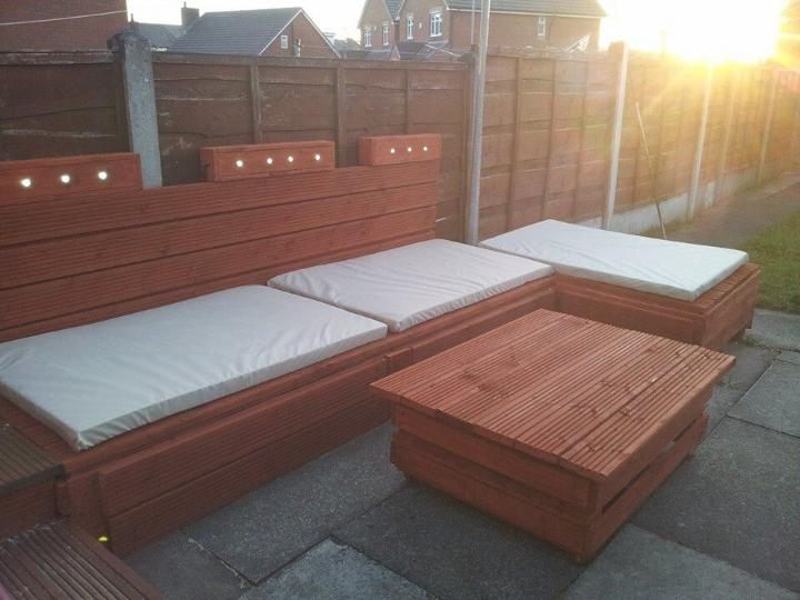 Outdoor pallet sofa with lights diy painted easy - Sofas palets exterior ...