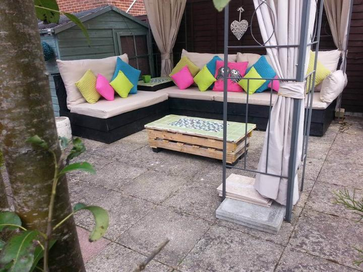 Pallet patio L-shape sofa with cushion and coffee table