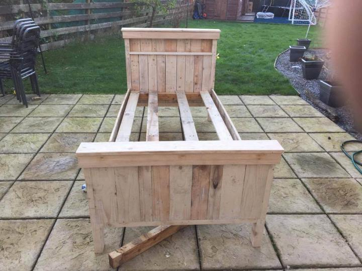 Recycled pallet single bed
