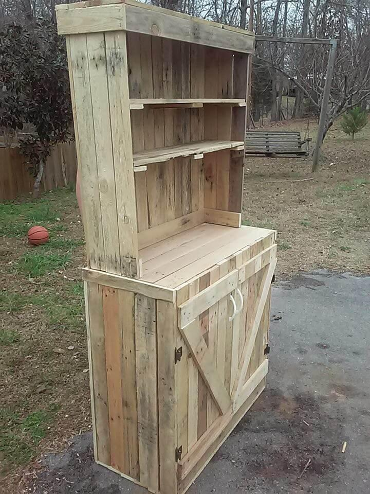 low-cost wooden pallet hutch