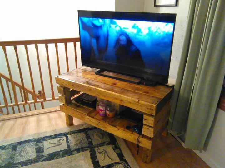 recycled pallet media stand