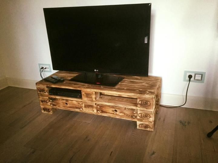 scorched EPAL pallet media stand