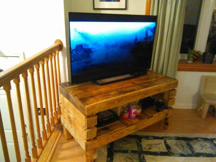 low-cost wooden pallet media stand