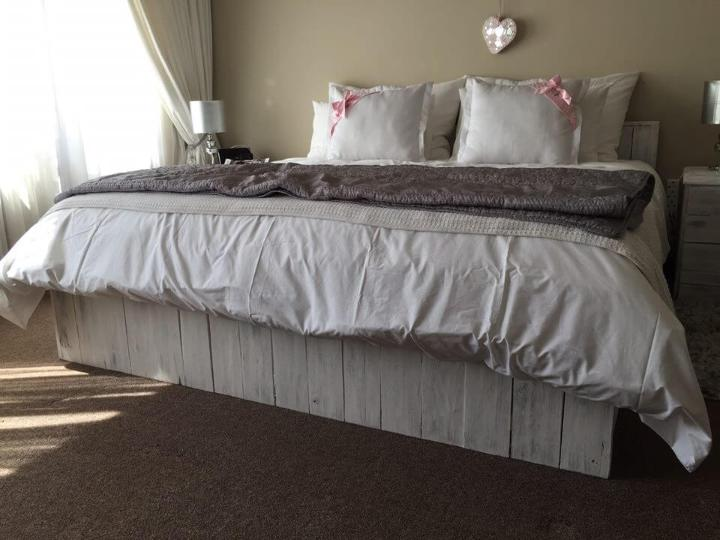 diy pallet bed with side table