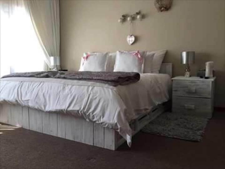 Wood pallet bed with side tables easy pallet ideas for Pallet bed frame with side tables