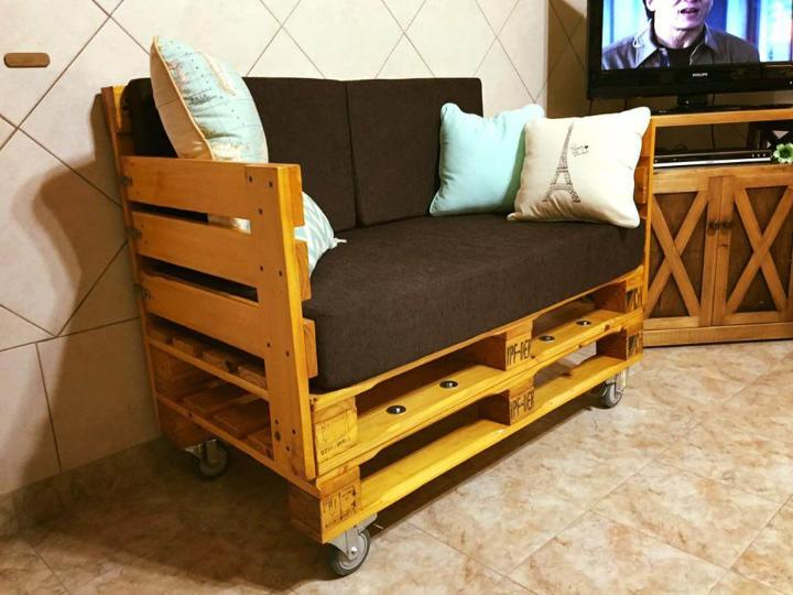 pallet cushioned seat with wheels