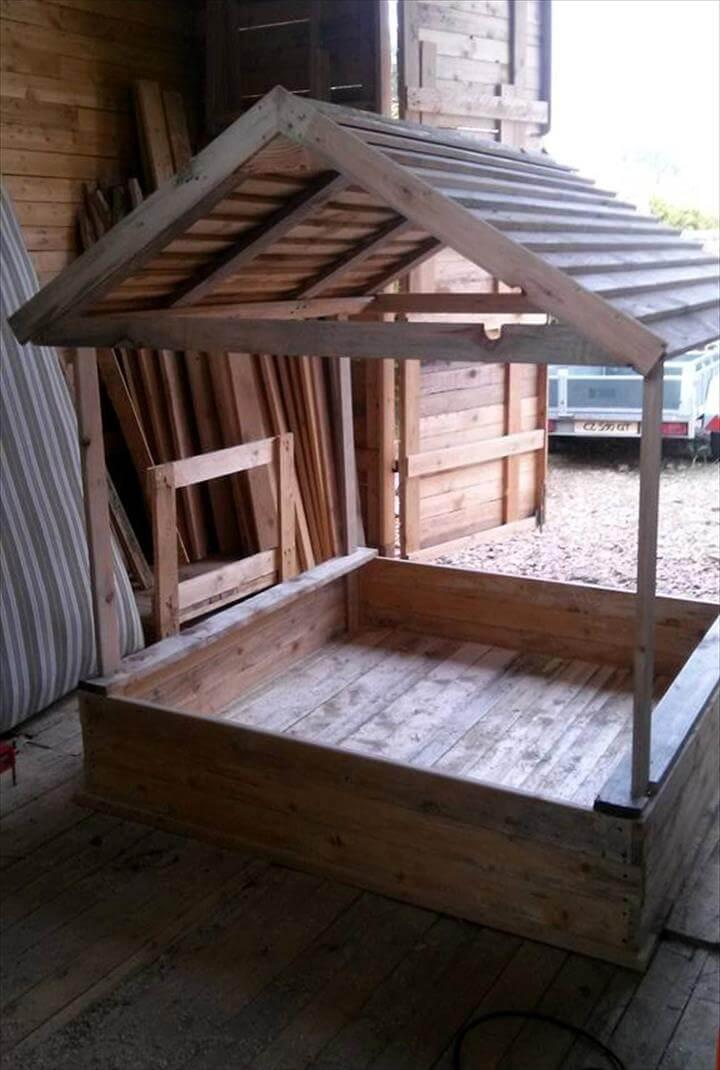 Build A Covered Pallet Sandbox Diy Easy Pallet Ideas