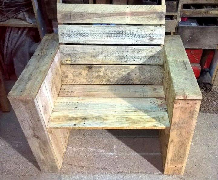 robust block style wooden pallet chair