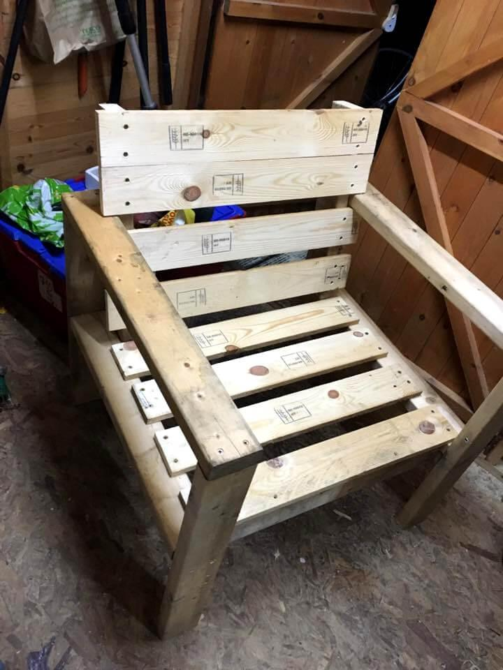 Cushioned pallet armchair diy easy pallet ideas for Pallet armchair