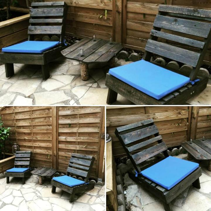 blue cushioned black pallet lounge chairs set