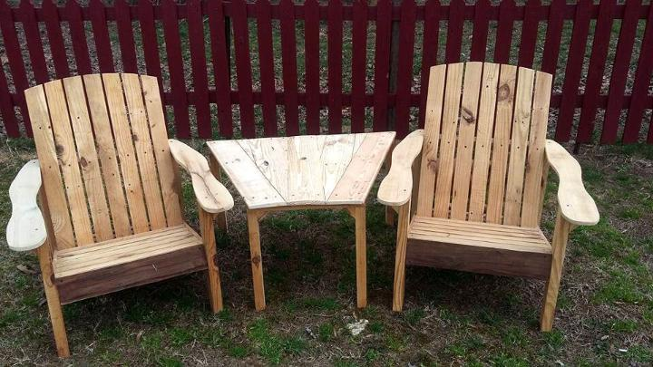 two pallet chair with side table