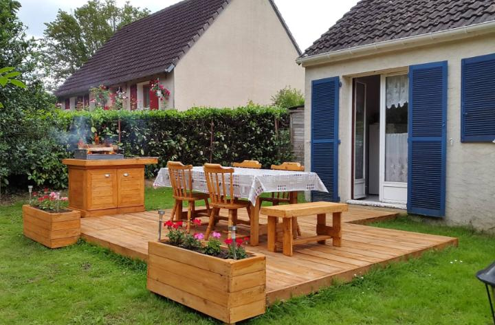Bbq Feasting Deck Made Of Pallets Diy Easy Pallet Ideas