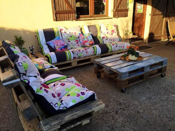 rustic pallet cushioned sitting set