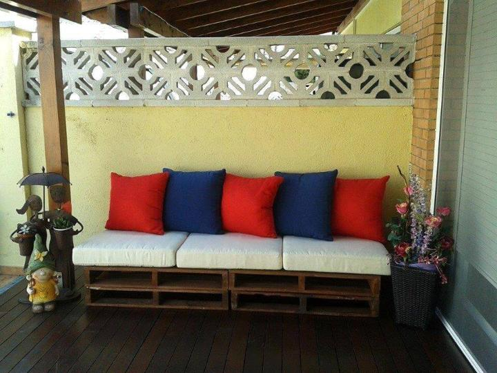 rustic stacked pallet porch 2 seater with white cushion