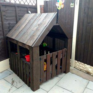 playhouse made out of pallets for little girl