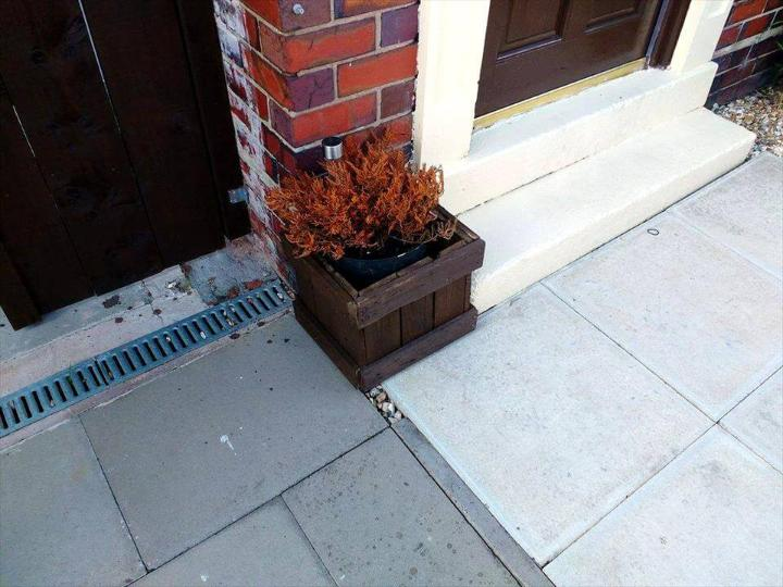 recycled pallet front door planter box