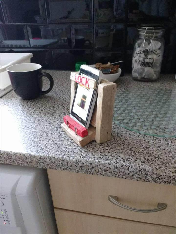 low-cost wooden pallet mobile phone holder