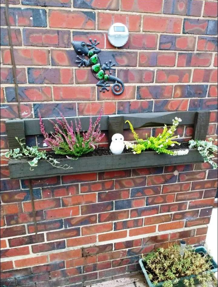 diy wall mounted pallet planter box