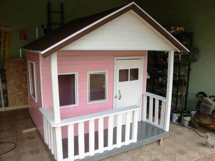beautifully-painted-wooden-pallet-playhouse-for-kids