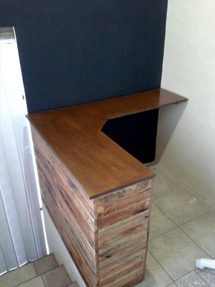 low-cost yet stylish wooden pallet corner desk