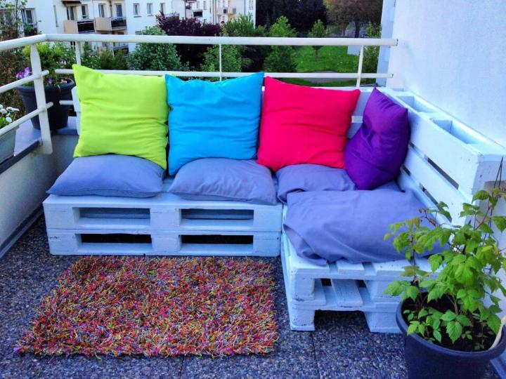 Outdoor Corner Lounge Using Pallet